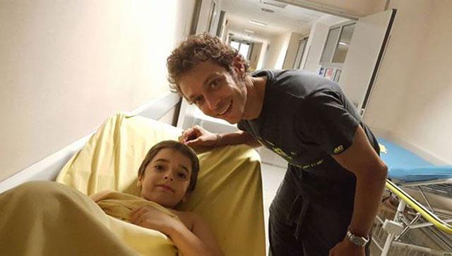Мотогонщик Валентино Росси навестил в больнице юного байкера