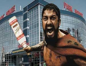 Questa è Sparta! (VIDEO) / Ladro di vodka si crede re Leonida e aggredisce i vigilantes di un supermercato