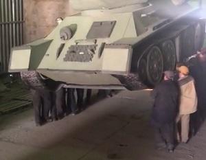 «Ercoli!» gli operai che portano un carro armato in braccio (FOTO, VIDEO) / Il video diffuso in rete diventa virale