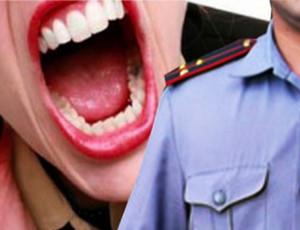 Un'automobilista bielorussa ubriaca morde agenti della polizia / E tenta di ingoiare il verbale