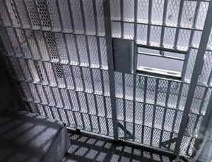 Un detenuto fugge dal finestrino per il passaggio del rancio (VIDEO) / Perdendo pure le mutande