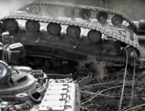 Militari ucraini fanno cadere un carro armato (VIDEO)