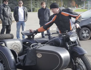 Fan russo regala al leader dei Metallica una moto d'epoca sovietica (VIDEO)