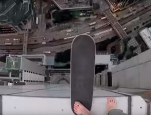 Roofer russo va in skateboard sull'orlo del tetto di un grattacielo (VIDEO)